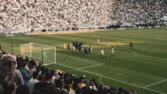 Veja como é uma partida de futebol na Arábia Saudita. Tem até pedido de VAR!