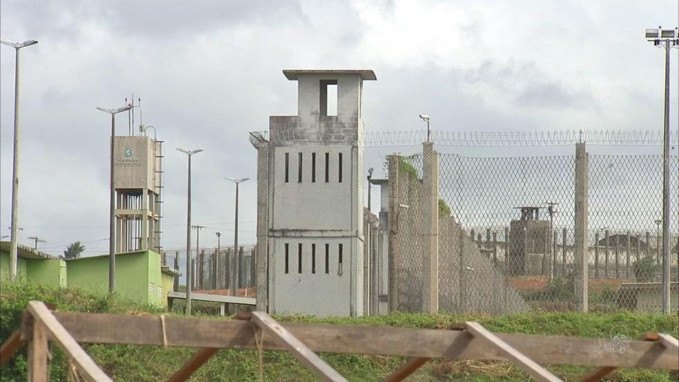 Detentos escalaram muro do presídio com corda feita de lençóis.  — Foto: Reprodução/TVM
