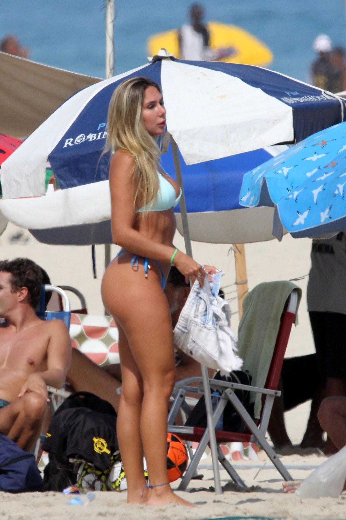 Carol Portaluppi curte praia no Rio de Janeiro (Foto: JC Pereira/Agnews)