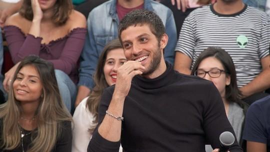 Chay Suede lembra fase difícil antes de estourar na TV Globo: 'Sem grana e devendo conta'