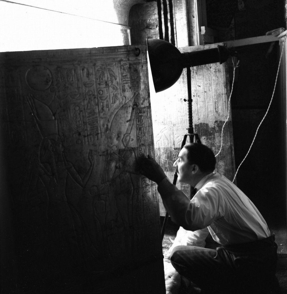 O arqueólogo Howard Carter em uma das câmaras da tumba (Foto: GRIFFITH INSTITUTE/OXFORD UNIVERSITY)