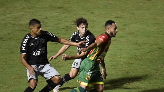 Léo Matos e Galarza dão o combate em Guilherme Campana durante Vasco x Sampaio Corrêa
