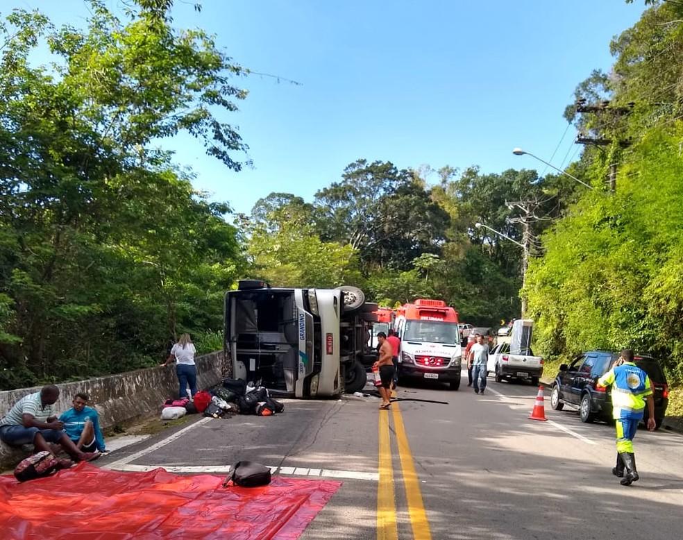 Ônibus tombou e deixou mortos e feridos em São Sebastião — Foto: Ocorrência 24h Portinari/Divulgação