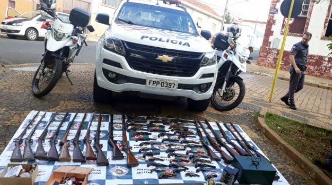 PM prende 2 homens em Tambaú com joias e armas roubadas de casa de colecionador