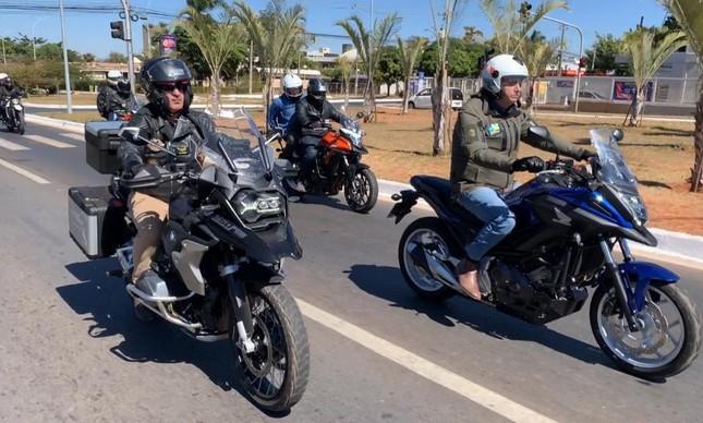 Jair Bolsonaro ladeado por seus ministros em passeio de moto