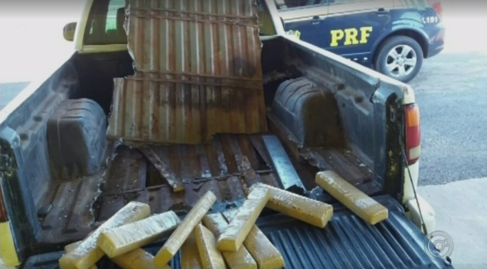 Tabletes de cocaína estavam escondidos em caminhonete apreendida em Ourinhos (Foto: Reprodução/TV TEM)