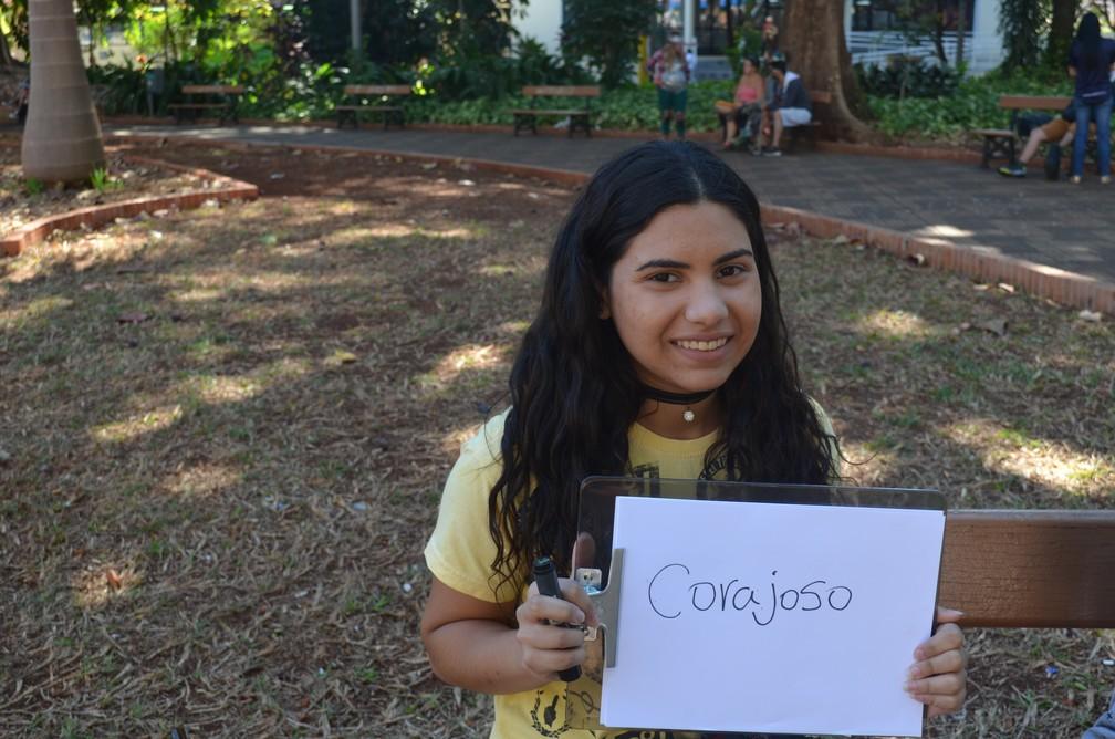 Coragem é a palavra escolhida pela estudante Ana Carolina de Souza Feitosa para definir seu pai  (Foto: Emily Cardoso/G1 )