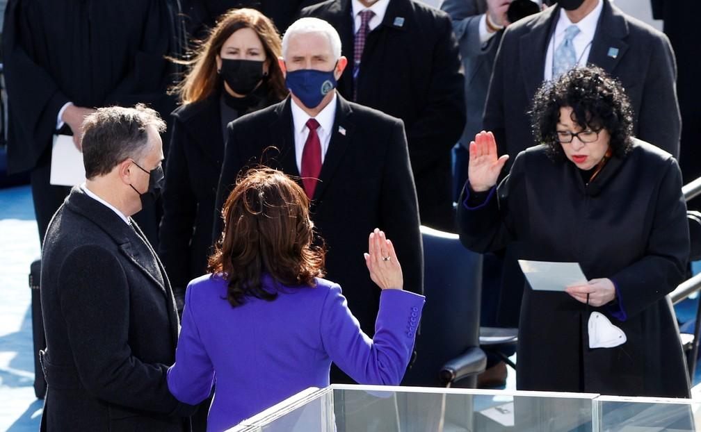 Kamala Harris presta juramento como vice-presidente dos EUA durante a posse de Joe Biden como 46º presidente dos Estados Unidos na Frente Oeste do Capitólio dos EUA, em Washington, nesta quarta (20)  — Foto: Brendan Mcdermid/Reuters