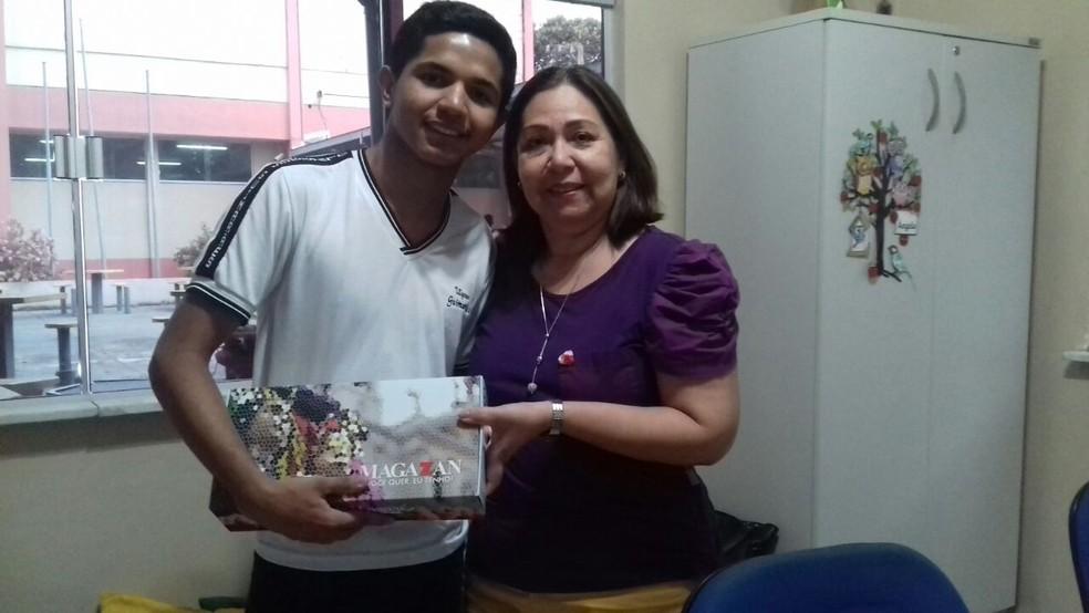 A diretora com o aluno campeão do concurso de redação do Círio. Promessa para o Enem 2018. (Foto: Arquivo Pessoal - Ângela da Silva)