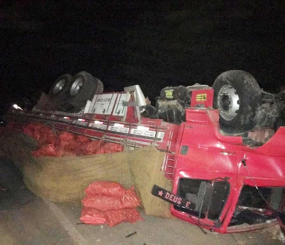 Caminhão envolvido em acidente com carro na cidade de América Dourada, no norte da Bahia — Foto: Central Notícia