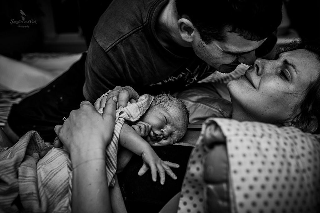 família no momento do nascimento (Foto: Kandyce Joeline — Songbird and Oak Photography (Canada))