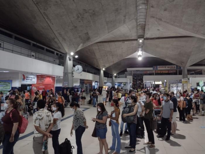 Concurseiros da Fansaúde enfrentam filas e dificuldade para comprar passagens na rodoviária de Fortaleza depois de prova