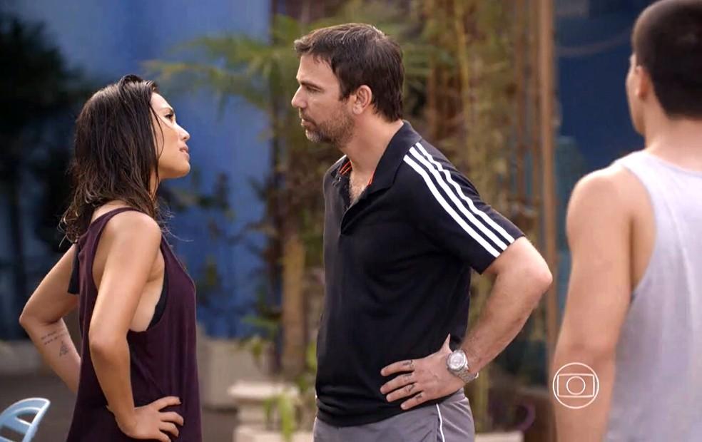 Lobão (Marcelo Faria) se aproxima de Roberta (Danni Suzuki) e diz que deseja ser seu aluno - 'Malhação Sonhos' — Foto: Globo
