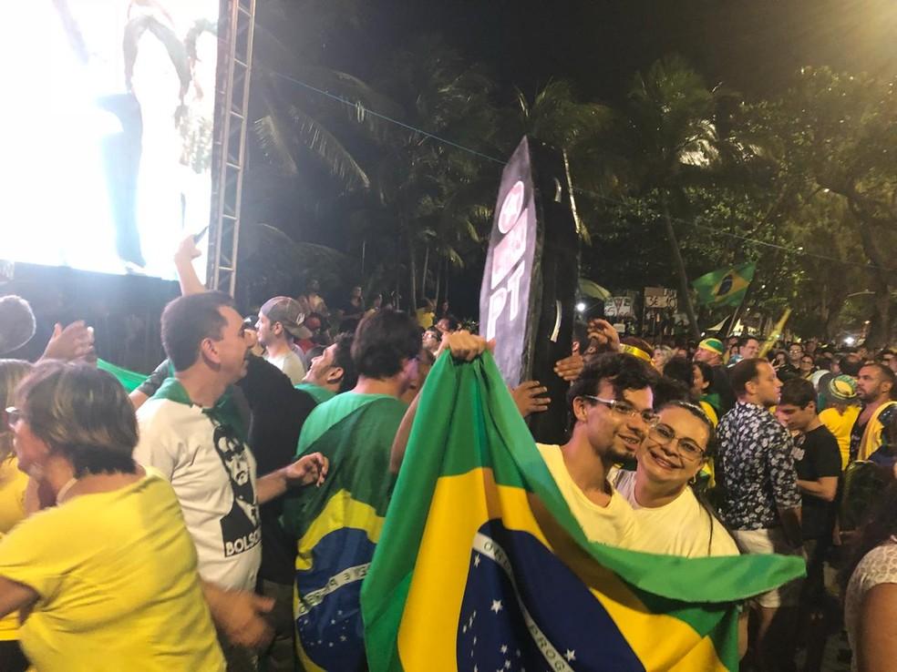 """Integrantes do MBL fizeram """"enterro simbólico do PT"""", durante festa na orla do Recife — Foto: Pedro Alves/G1"""