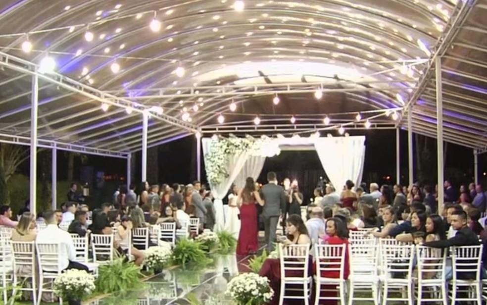 Casamento foi decorado por voluntários após calote de decoradora, em Goiânia — Foto: Reprodução/TV Anhanguera