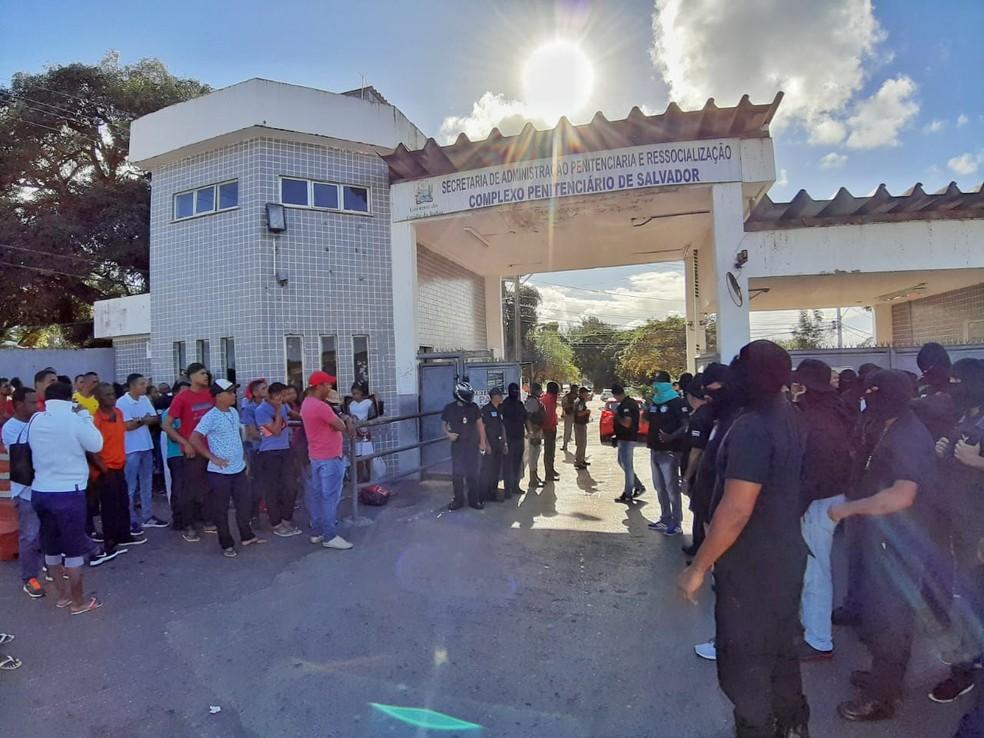 Agentes penitenciários fazem manifestação na frente do Complexo Penitenciário de Salvador, no bairro da Mata Escura — Foto: Raphael Marques/TV Bahia