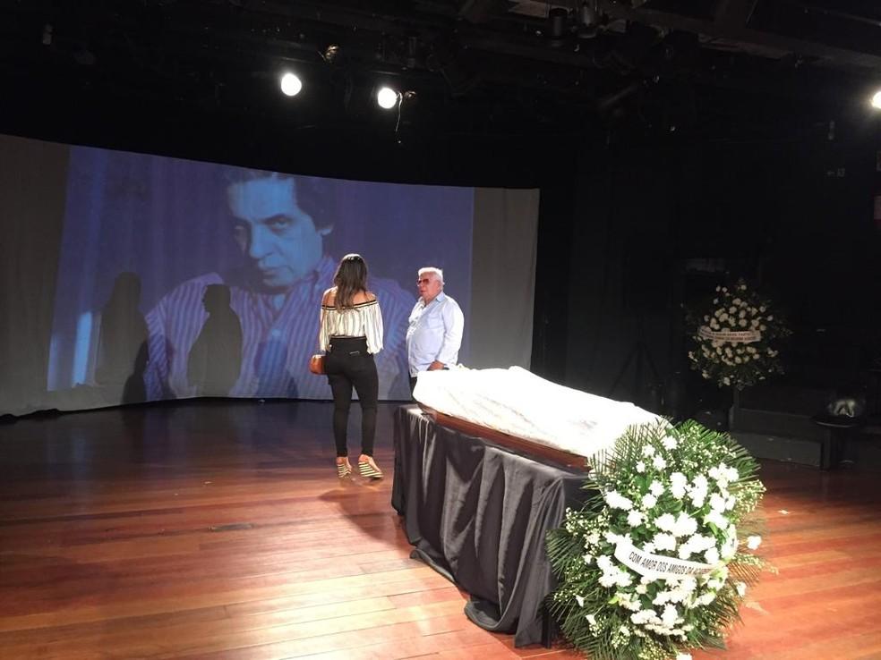 Foram realizadas projeções de fotos e vídeos durante toda a madrugada no velório de Domingos Oliveira — Foto: Alba Valéria Mendonça / G1