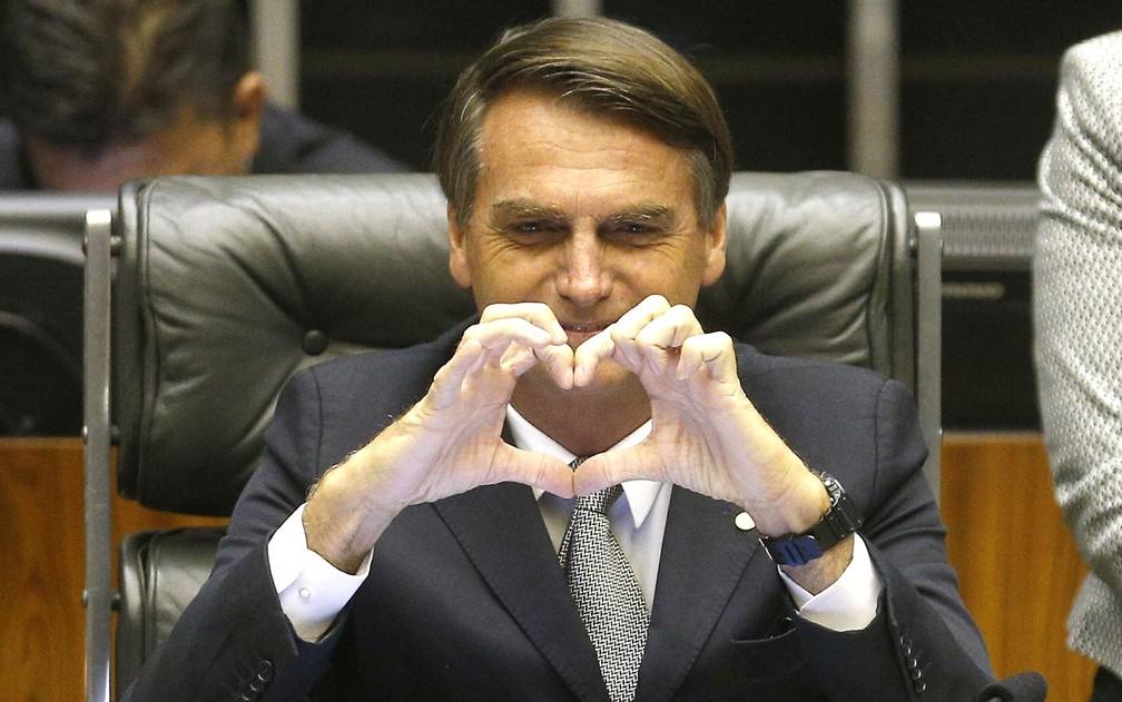 Jair Bolsonaro (PP-RJ) faz um coração com as mãos ao presidir sessão no plenário da Câmara dos Deputados — Foto: Dida Sampaio/Estadão Conteúdo