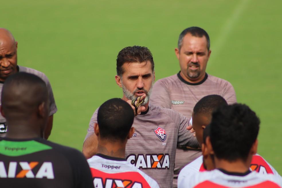 Mancini conversa com elenco durante o treino (Foto: Maurícia da Matta / Divulgação / EC Vitória)