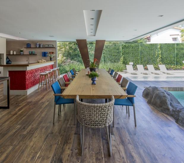 A mesa de refeições recebe de uma só vez quatorze convivas (Foto: Marcio Irala/Divulgação)