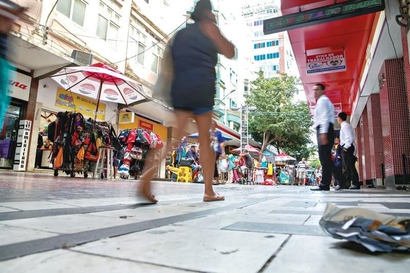 Lojistas de Fortaleza querem abrir no carnaval, mas dependem de acordo para compensar feriado para empregados