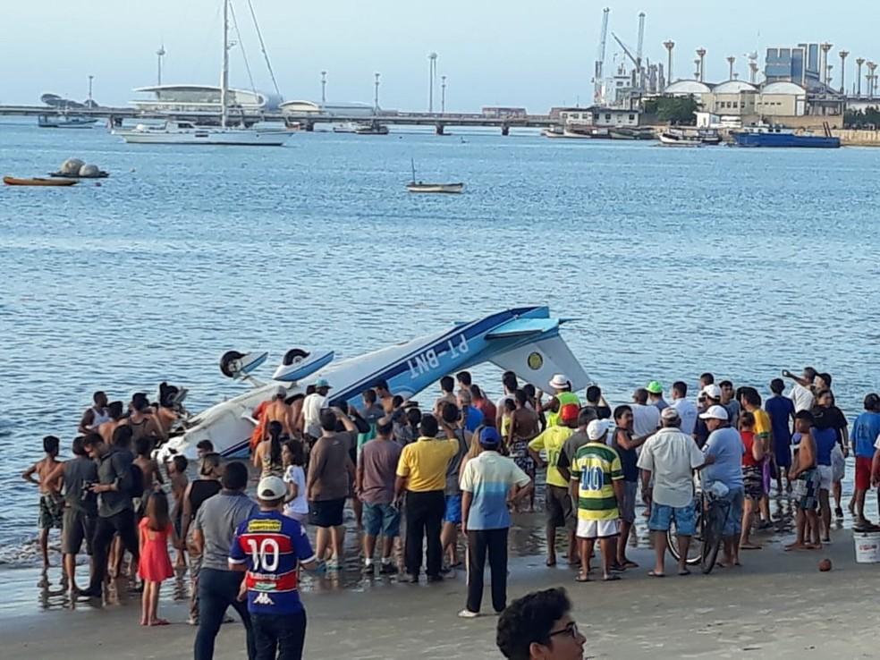 Avião teve pouso forçado no mar, perto da faixa de areia, em Fortaleza (Foto: Corpo de Bombeiros)