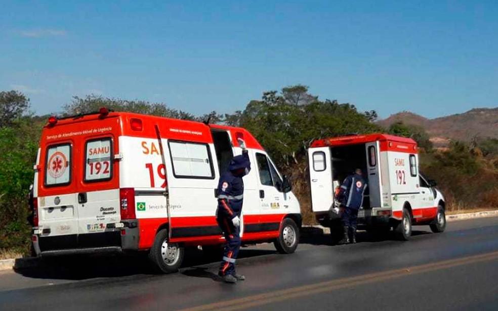 Ambulâncias do Samu na BR-242, onde o carro capotou no oeste da Bahia (Foto: Ivonaldo Paiva/Blog Braga)