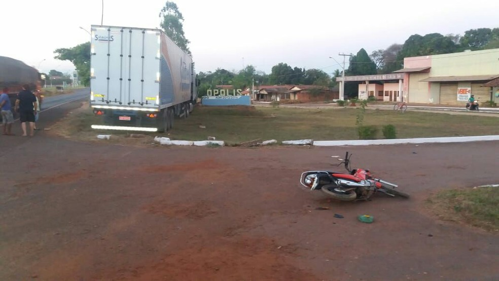 Antes de bater em letreiro, caminhão se chocou contra motocicleta  (Foto: Divulgação/PRF)