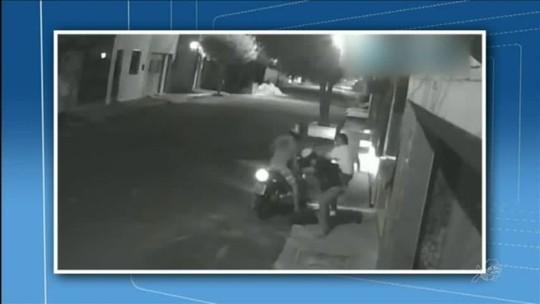 Mulher reage a assalto e disputa a própria bolsa com bandidos