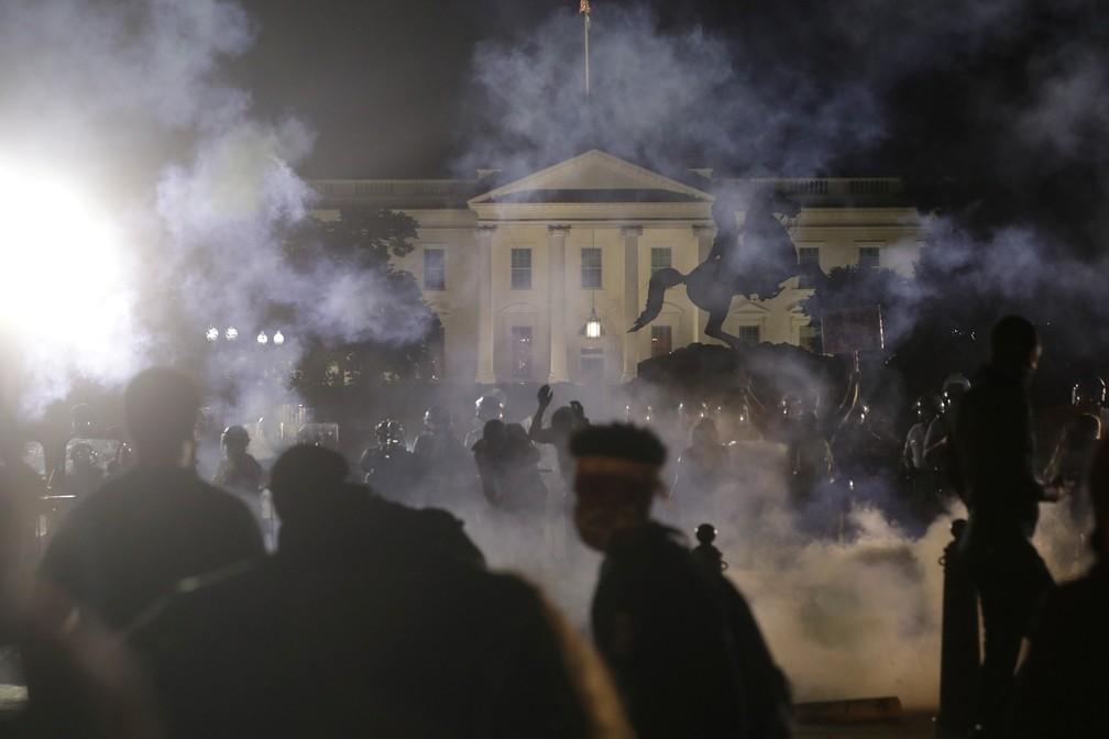 Todas as luzes da Casa Branca foram apagadas no início da madrugada desta segunda-feira (1º), durante mais um dia de protestos contra o racismo — Foto: REUTERS/Jonathan Ernst
