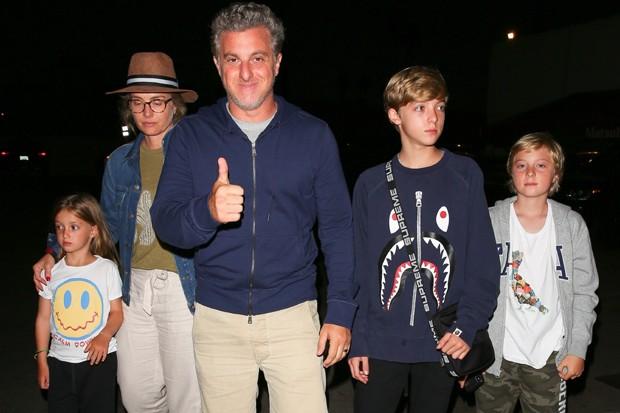 Luciano Huck e Angélica com os filhos, Joaquim, Benício e Eva (Foto: Backgrid)