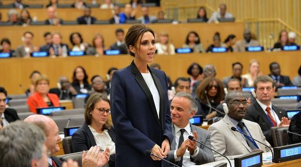 Victoria Beckham durante apresentação na ONU; empreendedora também conta com linha de acessórios de moda (Foto: Reprodução/Wikimedia Commons)