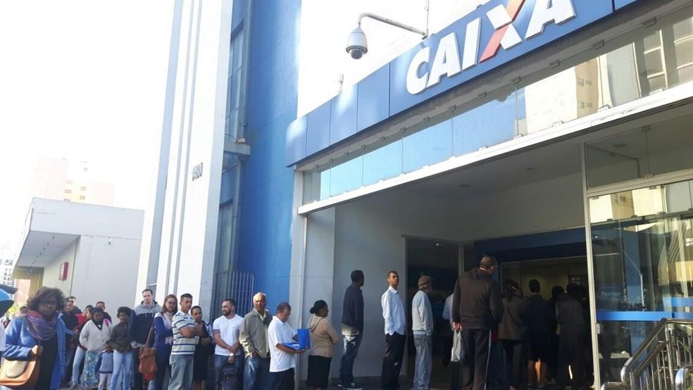 Fila para o saque do FGTS em agência da Caixa na região central de Campinas; maioria dos brasileiros usou dinheiro para pagar dívidas, diz pesquisa (Foto: Ana Letícia Lima/G1)