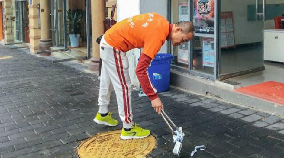 Zhong Congrong, empreendedor milionário que recolhe lixo diariamente em sua rua (Foto: Reprodução/SixthTone)
