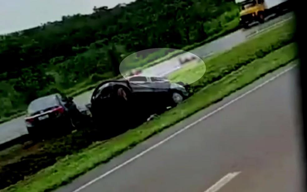 Duas pessoas morrem após serem atropeladas por carro na BR-060, em Santo Antônio do Descoberto — Foto: Reprodução/TV Anhanguera