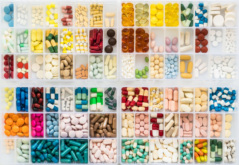 Caixa com inúmeros medicamentos — Foto: Voisin/Phanie/AFP/Arquivo