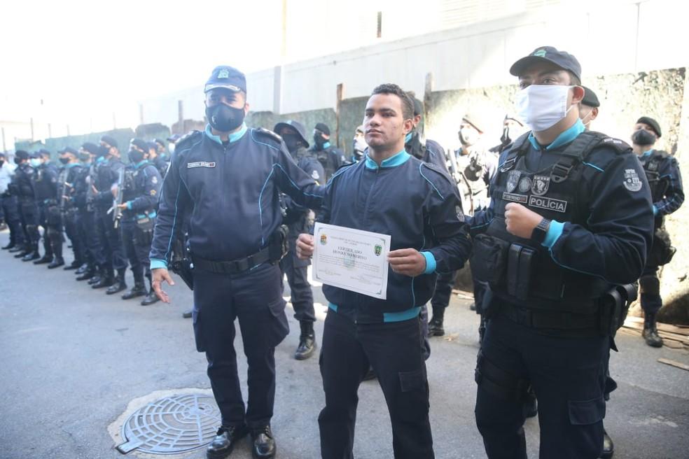 Soldado Welson Gomes recebe homenagem na saída de hospital, em Fortaleza — Foto: Kid Júnior/SVM