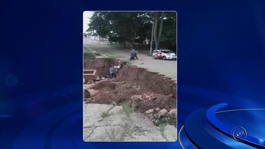 Motociclista é resgatado por policiais após cair em cratera aberta em Avaré