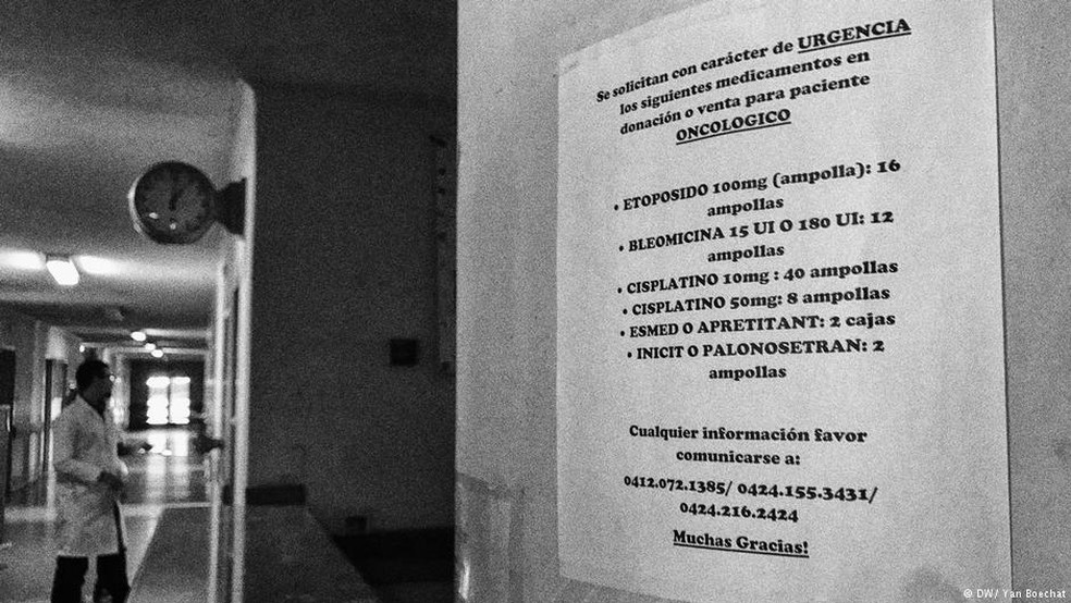 Escassez: papel colado na parede de hospital em Caracas pede doação de medicamentos (Foto: Yan Boechat/DW)
