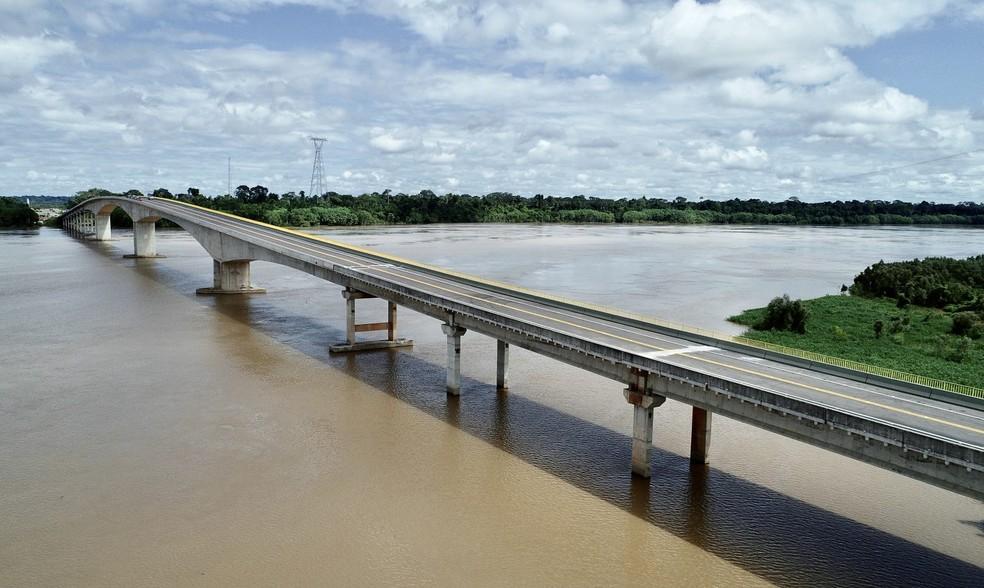 Ponte que liga AC e RO deve reduzir preço do transporte de mercadorias e aposentar balsa — Foto: Pedro Devani/Secom-AC