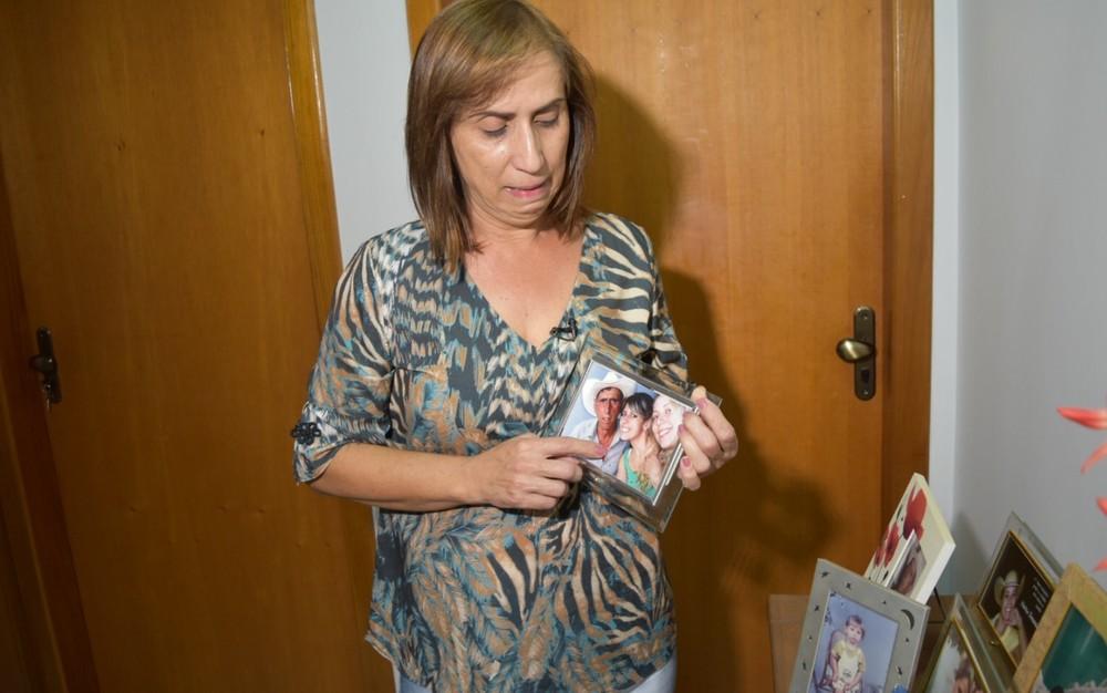 A pecuarista Nilva Camargo Soares aponta em foto a filha, Vanessa Camargo, morta há um ano em Goiás (Foto: Murillo Velasco/G1)