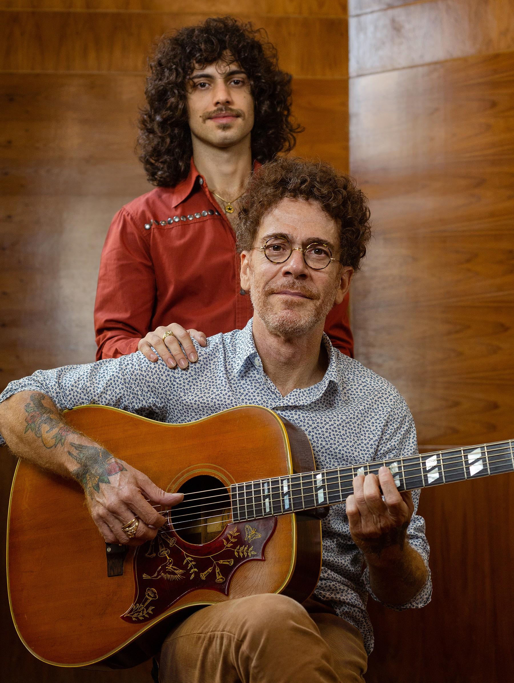 Nando Reis se irmana com o filho Sebastião em EP no qual rebobina hits e lados B da obra autoral