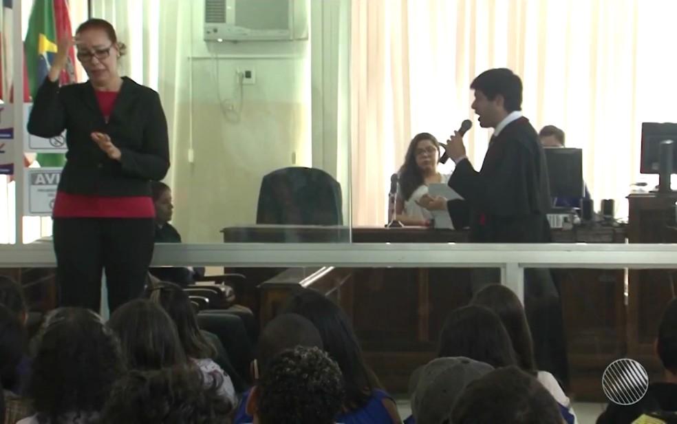 Intérprete de Libras traduz julgamento para deficientes auditivos em Itabuna (Foto: Reprodução/TV Santa CRuz)
