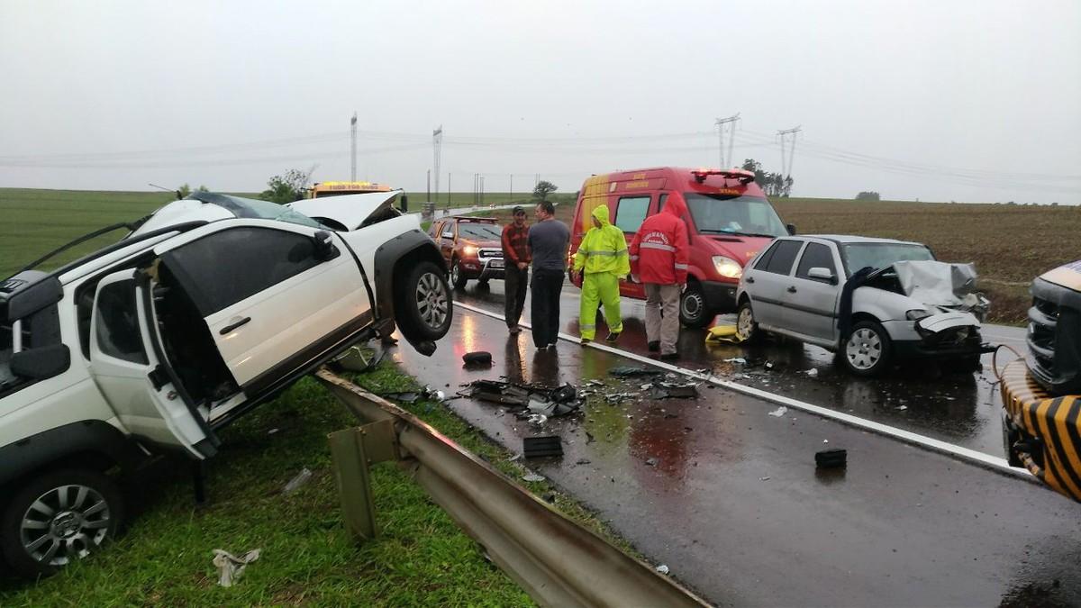 Acidente entre dois carros deixa um morto e cinco feridos na BR-369, em Corbélia