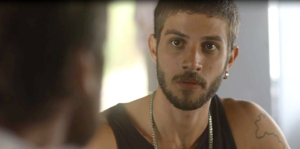 Ícaro se surpreende com o que o cantor acabou de confessar (Foto: TV Globo)