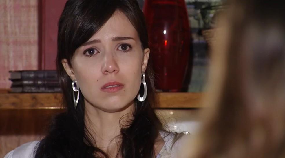 Manuela (Marjorie Estiano) não acredita no que vê  — Foto: Globo