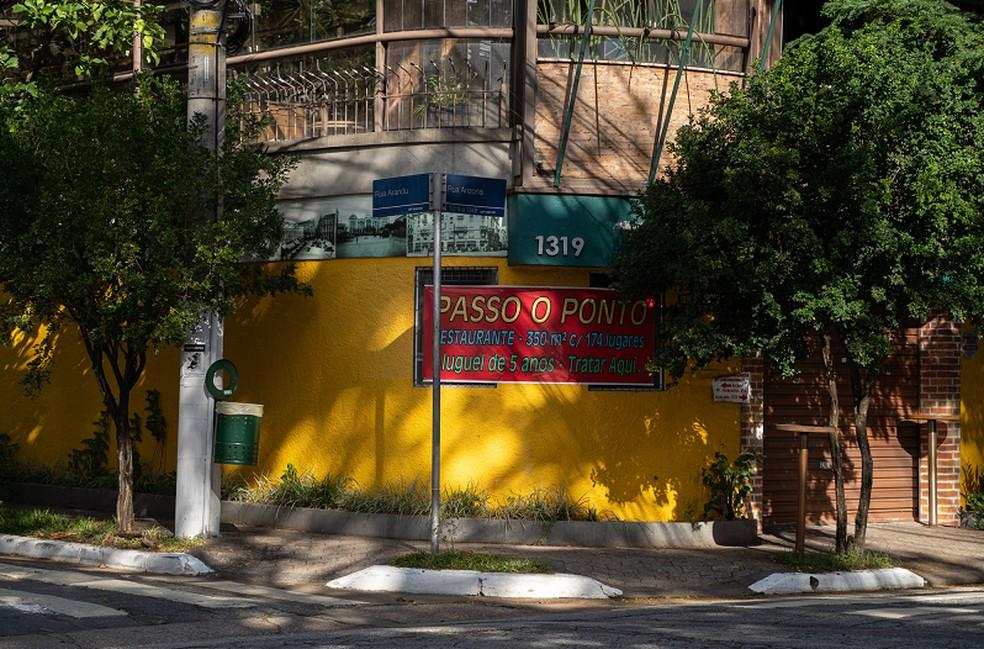 Placa de 'Passo o Ponto' em restaurante na região da Berrini, em São Paulo. Reportagem do G1 identificou mais de 20 restaurantes fechados na região. — Foto: Marcelo Brandt/G1