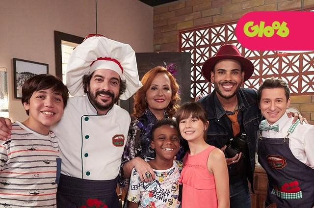 Hugo Gloss com o elenco de 'Detetives do Prédio Azul', do Globo (Foto: Guto Costa)