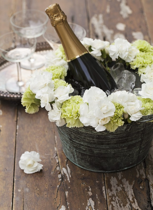 Champanhe em um balde para gelo decorado com flores (Foto: Elisa Correa / Editora Globo)
