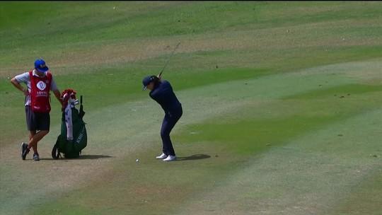 Sinuca ou golfe? Golfista dos EUA faz lance incrível, tira bolinha de rival e marca ponto em torneio
